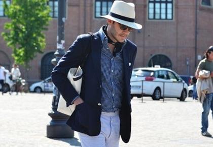 761cf001fd4 이 남자분은 하얀색 페도라를 써주셨어요!! 네이비색상의 자켓에 체크무늬 셔츠를 입어주시고 화이프 바지를 입어주었네요!! 패션때문인지  몰라도 페도라가 시크 ...